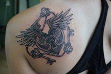 Tattoo gevleugeld hartvormig slot