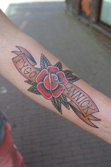 Tattoo roos en vaandel old school