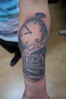 Tatoeage roos en zakhorloge