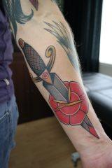 Tattoo roos met dolk